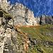 Nun gerade hoch zu der hellen Felswand und dann am Fuss der Felswand entlang nach rechts traversieren