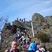 Stau im Auf- und Abstieg am Großen Osser. Der Aufstieg verläuft auch hier über Felsen, ist aber etwas leichter. Dafür hat es viel mehr Leute.