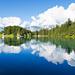 Die Quellwolken spiegeln sich wunderschön im Arnisee