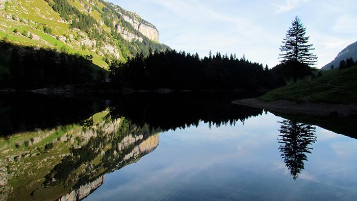 Ein Bild, das Berg, Wasser, draußen, Natur enthält.  Automatisch generierte Beschreibung