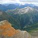 Das obere Val Calanca. Vordere Bergkette von links Pass di Passit, Piz d' Arbeola (2600m), Piz Pian Grand (2689m). Im Hintergrund Piz di Pian (3158m), Passo de Balniscio (2303m), Cima de Barna (2862m), Piz Quadro (3015m), Piz Corbet (3025m) und Piz Pombi (2967m)