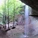 Ein laaaaaaaanger Wasserfall sprüht über eine Fluh hinab.