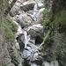 der Bach mit den mächtigen Felsen im Bachbett ist zur Zeit trocken gefallen