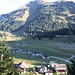 <b>Pian Segno.<br />Da notare il vallone sul versante occidentale del Pizzo di Cadrèigh (2516 m), dal quale tutti gli anni scende un'impressionante slavina che copre anche la strada del Passo del Lucomagno.</b>
