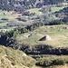 <b>Il sentiero passa a 700 m in linea d'aria sopra il terrazzo che ospita l'Alpe Ridéigra (1746 m). Una caratteristica barriera antivalanga in pietre lo protegge dalle slavine che scendono dal Pizzo Bareta. </b>