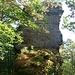 Die Klippen der Eisenbahnfelsen ragen aus dem bewaldeten Grat heraus.