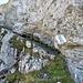 Die Schlüsselstelle ist mit Ketten und Seilen gesichert. Sie besteht aus plattigen Felsen und ist an einer Stelle etwas abdrängend (im linken Bilddrittel). Die Felsen sind in der schattigen Nordwand meist etwas feucht und deshalb rutschig.