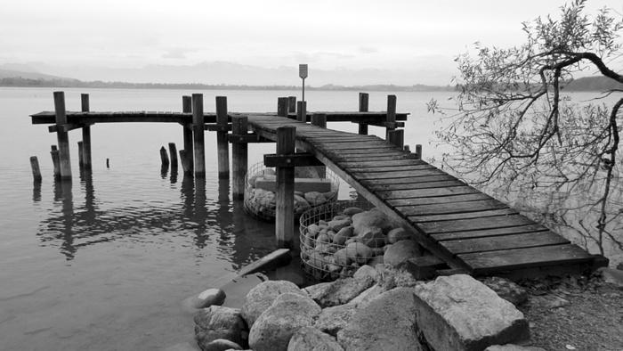 Ein Bild, das draußen, Wasser, Pier, sitzend enthält.  Automatisch generierte Beschreibung