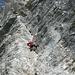 Falesia calcarea vicino all'ingresso del Buco del Piombo. Il divieto di effettuare scalate per non disturbare la nidificazione del falco pellegrino è stato disatteso da questo scalatore.