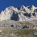 Im Aufstieg zwischen Hütte Vihren / Хижа Вихрен und Kabata / Кабата - Blick über die etwa südliche Flanke zu einigen Felsen im Gipfelbereich des Vihren.