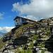 Eine natürliche Felstreppe führt aus der Einschartung hinauf zur neuen Bergstation.