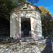 <b>Cappella di Sant'Antonio.<br />Edificata tra il 1899 ed il 1901, segna il confine fra la Valle di Muggio e la Val Breggia. Questo luogo di sosta è stato anche teatro di scontri ed inseguimenti tra guardie di confine e contrabbandieri.</b>