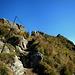 Danach geht's mit Drahtseilgeländer über den ausgesetzten Gipfelgrat hinüber zum Gipfelkreuz.