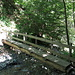 Die niedliche Brücke auf dem anonsten eher matschigen Weg