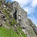In einer Querung nahe des Chemmi: hier wandert man ganz nahe an den Felswänden.