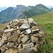 Das Alvier Gipfelbuch ist im Steinhaufen versorgt. Im Hintergrund die Alvier- und Churfirstenkette und rechts der Säntis