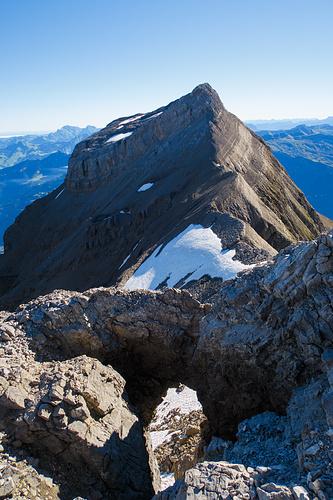 Durch dieses Felsloch kann bei geeigneten Verhältnissen scheinbar auch zum Grat abgestiegen werden. Details sind mir aber unbekannt.