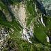 Tiefblick vom Grat auf den Sattel zwischen Spitzflue und Fochsenflue. Für eine Überblicks-Ansicht des Grates siehe [http://www.hikr.org/gallery/photo12744.html?user_login=Zaza Link].