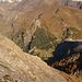 Aufstieg entlang dem oberen felsigen Sosto NE-Grat: links das Val Camadra, rechts über der Diga Lago di Luzzone der Pizzo Pianca, darüber rechts Pizzo Coróí, links Pizzo Maruma, dahinter von rechts Piz Greina, Piz Vial, Piz Gaglianera und Piz Valdraus