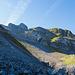 Nach der Druesberghütte folgt eine längere Strecke über Wiesen. Hier wird der Weg nun wieder etwas ruppiger. Der Gipfel vom Forstberg wäre leicht rechts von der Bildmitte, ist aber verdeckt.