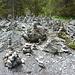 viele Steinmännli am Ende der Schlucht