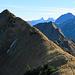 Noch immer steht der Wanderer auf dem Hengst und geniesst die Aussicht. Im Hintergrund rechts der Sisiger Spitz.