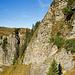 Umgehung vom Abbruch beim Lauchstock in der Südflanke. Das dünne Drahtseil führt im linken Bilddrittel, wo es einige Bäume hat, steil hinab bis an den Fuss der Felsen. Entlang dieser oder leicht darunter kann zum Aufnahmestandpunkt gequert werden.