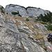 """Hier steigt man über Fels und Schrofen in gerader Linie hoch. Man achte auf die Markierung """"Berg heil"""" unten rechts."""