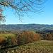 Unten im Weschnitztal Rimbach, dahinter der Kamm mit Fahrenbacher Kopf, Breitbuckel, Tromm und Salzlackenbuckel. Die Tromm ist mit 577m der sechsthöchste Berg des Odenwaldes
