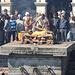 Leichenverbrennung in Pashupatinath. Der älteste Sohn zündet den Scheiterhaufen an.