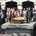 Leichenverbrennung in Pashupatinath. Die Söhne des Toten umrunden die Leiche vor dem Verbrennen 5 Mal im Uhrzeigersinn.