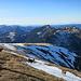 Blick übers Widderfeld nach Westen auf weitere Gipfel der Pilatuskette
