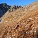 Breve tratto di ravano per raggiungere, sulla sinistra, un alpeggio diroccato, alle cui spalle si nota un sentiero che sale a zig-zag.