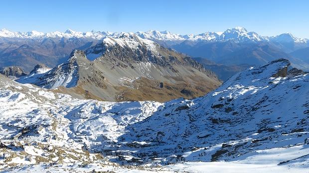 prächtige Aussichten im Aufstieg, Grand Cor schon im Winterkleid, unten sieht man unser Startpunkt am Col De Fenestral