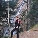 Francesca davanti alla cascata formata dal torrente che scende dall'Alp de Crasteira.