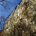 steile Felswände am Weg zur Burgruine