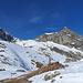 Wiwannihorn. Der Spitz vorne rechts ist nicht der höchste Punkt. Der höchste Punkt ist ein Grataufschwung in der Mitte des Schneefeldes.