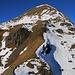 Aussicht vom Felsturm P.2333m auf den Ostgrat des Tschuggens (2520,2m). Der Voralpengrat war fast ohne Schnee sehr eingach begehbar gewesen. Einzig im obersten Teil muss man bei zwei Felsplatten etwas aufpassen.