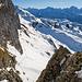 Rückblick zu den Spuren vom Chaisertor aus. Im Hintergrund die Urner Alpen. Die Spuren sind nicht von uns, sondern von unseren Vorgängern. Wir haben harten Schnee vorgefunden und die Tritte dankend benützt.