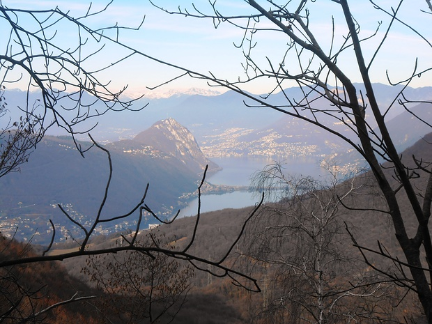 Sul ripido, verso il Pravello, si vedono bene lugano e il San Salvatore.