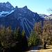 Oberhalb der Vord, Üntschenberg Vorsäß Alpe wird erstmalig der Blick auf die gegenüberliegende Hochkünzelspitze frei.In der der schattigen, schroffen Nordflanke herrscht schon der Dauerfrost.