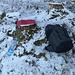 Eine winterliche Gipfellichtung - das ist genau mein Ding: ein Baumstamm zum Draufhocken, Brotzeit und dann schau ich mich um...