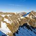Die weisse Linie ist der exponierte südseitige Weg zum Glattgrat. Auf den Wegen bleibt der Schnee oft am längsten.