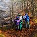 Die Kinder bestaunen den überaus hohen Steinbruch.
