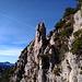 Ein markanter Felsen ziert den Weg.