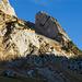 Blick zur Steilstufe, welche zum Wildhuser Schafboden führt, aufgenommen unweit vom P.1389. Im Schatten sind eine wbw-Markierung und die nach rechts ziehende Wegspur zu erkennen.