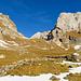 Wildhuser Schafboden mit Blick zur zweiten, eher unscheinbaren, Geländestufe. Im Hintergrund rechts die Felswände vom Moor.