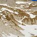 Die dritte Geländestufe im Zoom. Der Weg folgt dem Scneeband knapp rechts von der Bildmitte.