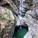 Esso valica un favoloso scorcio con cascate e pozze d'acqua color smeraldo
