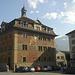 Das Rathaus in Schwyz mit Mansarddach, Giebeln und Türmchen (Umbau 1777), Fassadenmalerei von 1891.